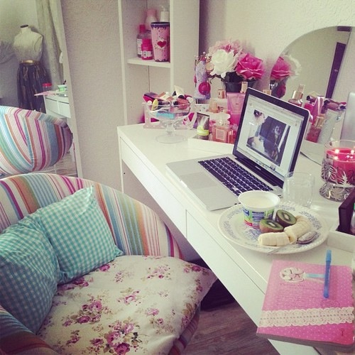Girls room image 1955868 by taraa on for Girly wallpapers for bedrooms