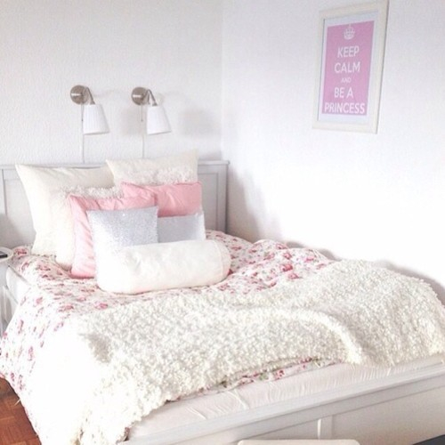 - Pink and white teenage room ...