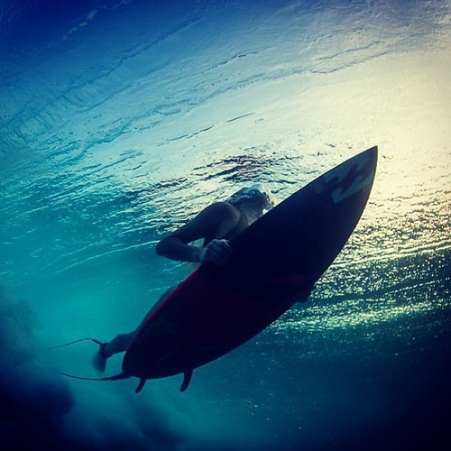 bajo el agua, billabong, chica, divertido, fun, girl, lovely, mar, neoprene, ola, precioso, sea, sport, sun rays, surf, surfer, under water, wave, tabla de surf, deporte, surf table, rayos de sol, neopreno, girl chica, surfera